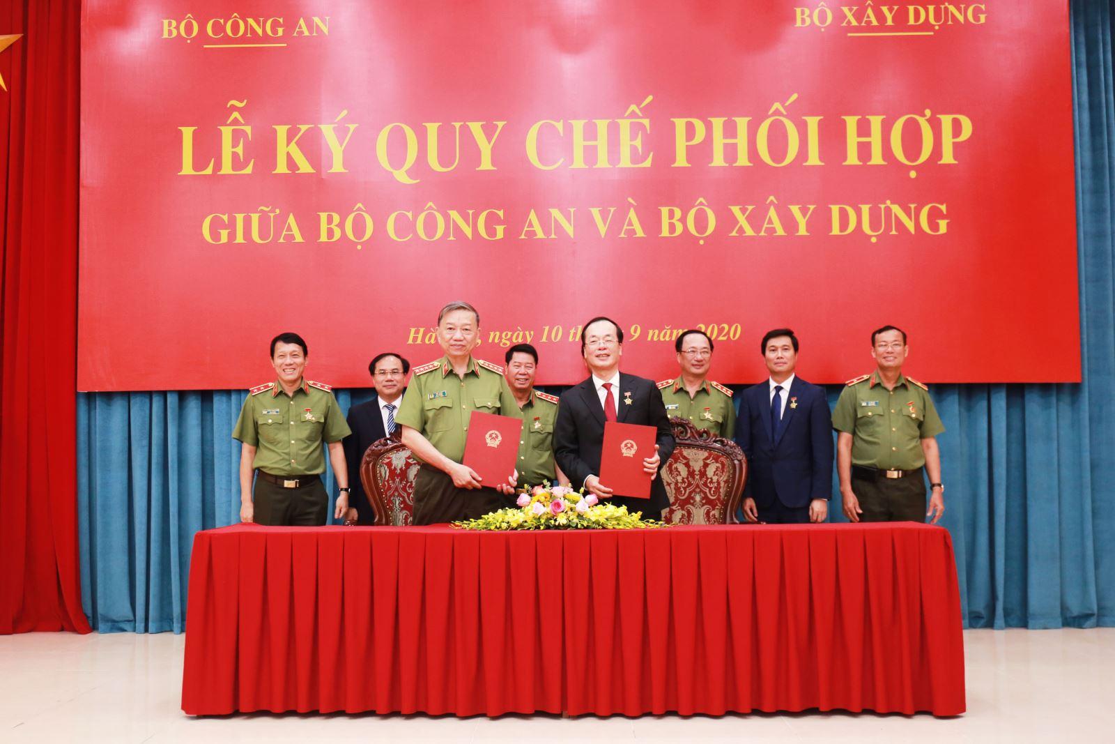 Bộ trưởng Phạm Hồng Hà và Bộ trưởng Tô Lâm ký kết Quy chế phối hợp giữa Bộ Xây dựng và Bộ Công an
