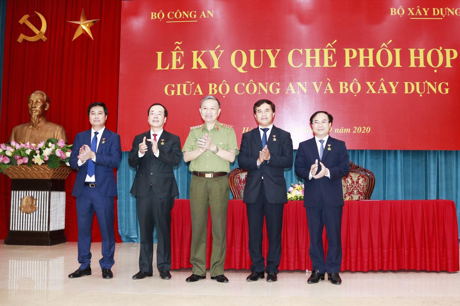 Bộ trưởng Tô Lâm trao tặng Kỷ niệm chương Bảo vệ an ninh Tổ quốc cho Bộ trưởng Phạm Hồng Hà và các lãnh đạo Bộ Xây dựng