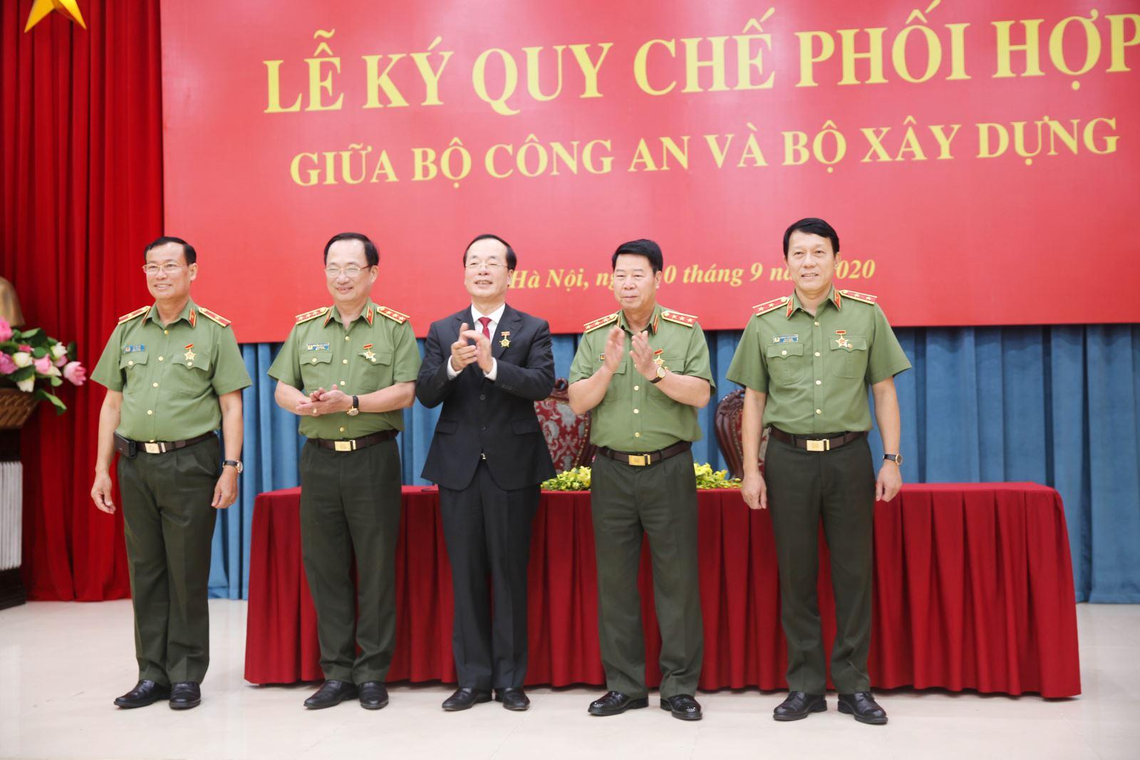 Bộ trưởng Phạm Hồng Hà trao tặng Kỷ niệm chương Vì sự nghiệp Xây dựng cho các lãnh đạo Bộ Công an
