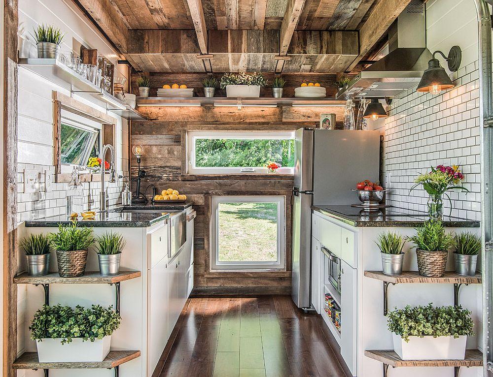 Căn bếp nhỏ được điều chỉnh ánh sáng hài hòa sẽ trở nên ấn tượng