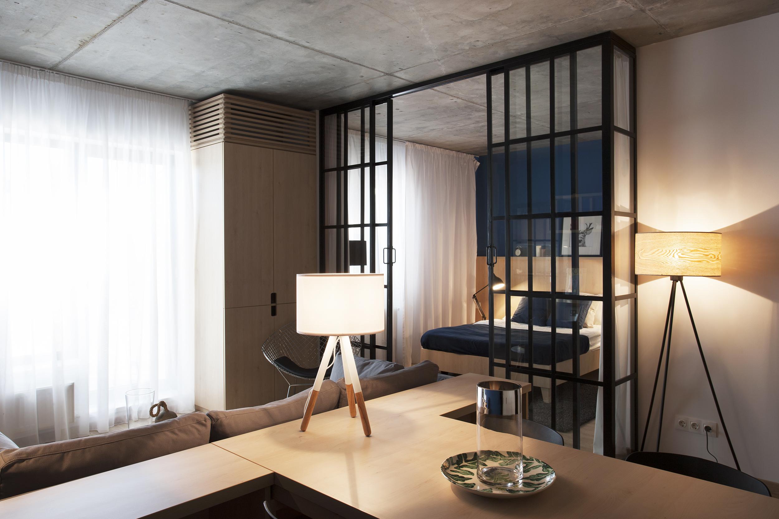Kính trong suốt được sử dụng để ngăn cách phòng ngủ với phòng khách
