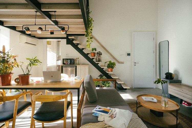 Nội thất trong căn hộ ưu tiên các vật dụng đơn giản nhưng hiện đại, được thiết kế theo tone màu chung của căn biệt thự Pháp cổ, để đảm bảo không phá vỡ phong cách đặc trưng.