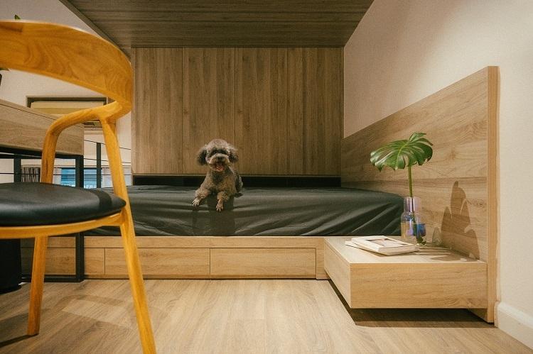 Phòng ngủ trên gác xép được tối giản hết mức với các nội thất cơ bản như giường, tủ, bàn làm việc nhỏ. Dù diện tích không lớn nhưng các sắp xếp khoa học này cũng khiến góc nghỉ ngơi được rộng rãi và tiện nghi hơn.