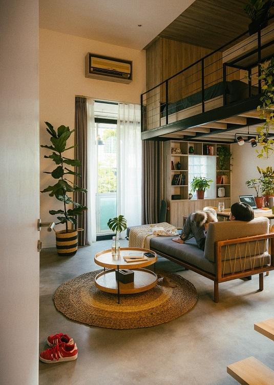 """Không gian chính của căn phòng gần như được tận dụng từng mét vuông diện tích. Sau khi cải tạo có tầng dưới là phòng khách, bàn làm việc, bếp và nhà tắm có gác xép đặt giường ngủ, tủ quần quán… """"chuồng cọp"""" trước đây được cải tạo thành khu vực thư giãn đọc sách."""