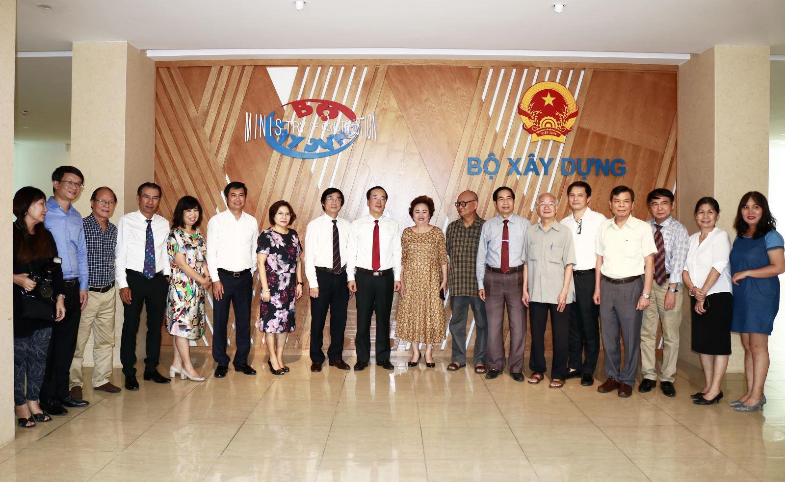 Bộ trưởng Phạm Hồng Hà, Thứ trưởng Nguyễn Tường Văn chụp ảnh lưu niệm cùng lãnh đạo Hội Quy hoạch phát triển đô thị Việt Nam