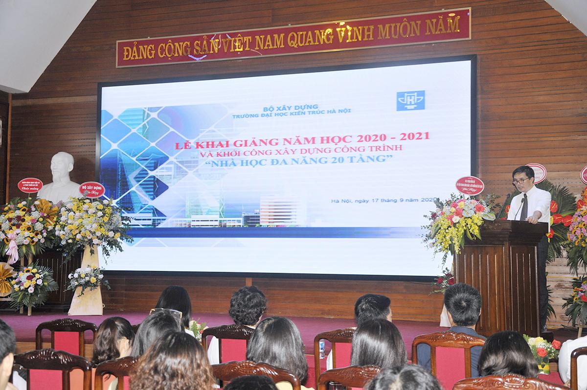 PGS.TS.KTS Lê Quân - Bí thư Đảng ủy, Hiệu trưởng trường Đại học Kiến trúc Hà Nội đã báo cáo tóm tắt năm học 2019-2020 của Nhà trường