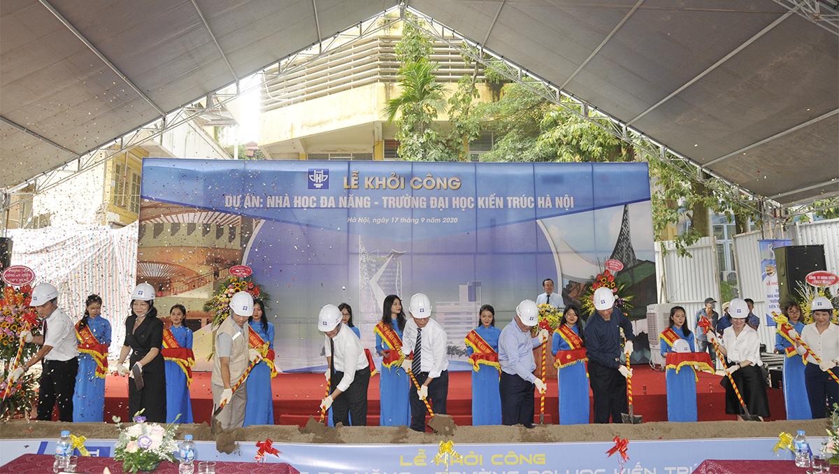 Các đại biểu tiến hành nghi lễ khởi công dự án Nhà học đa năng 20 tầng