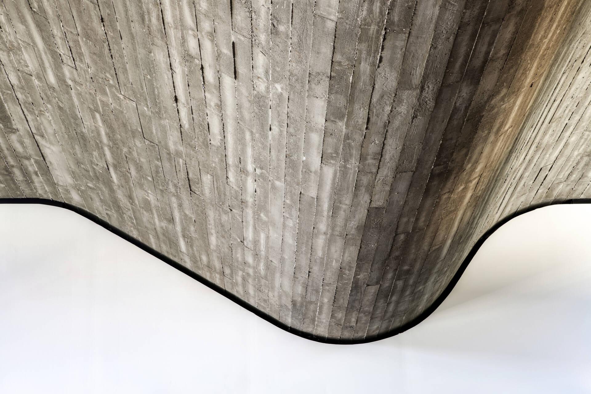 Ván gỗ thông thô mộc là vật liệu chính tạo nên hình dạng nhấp nhô này