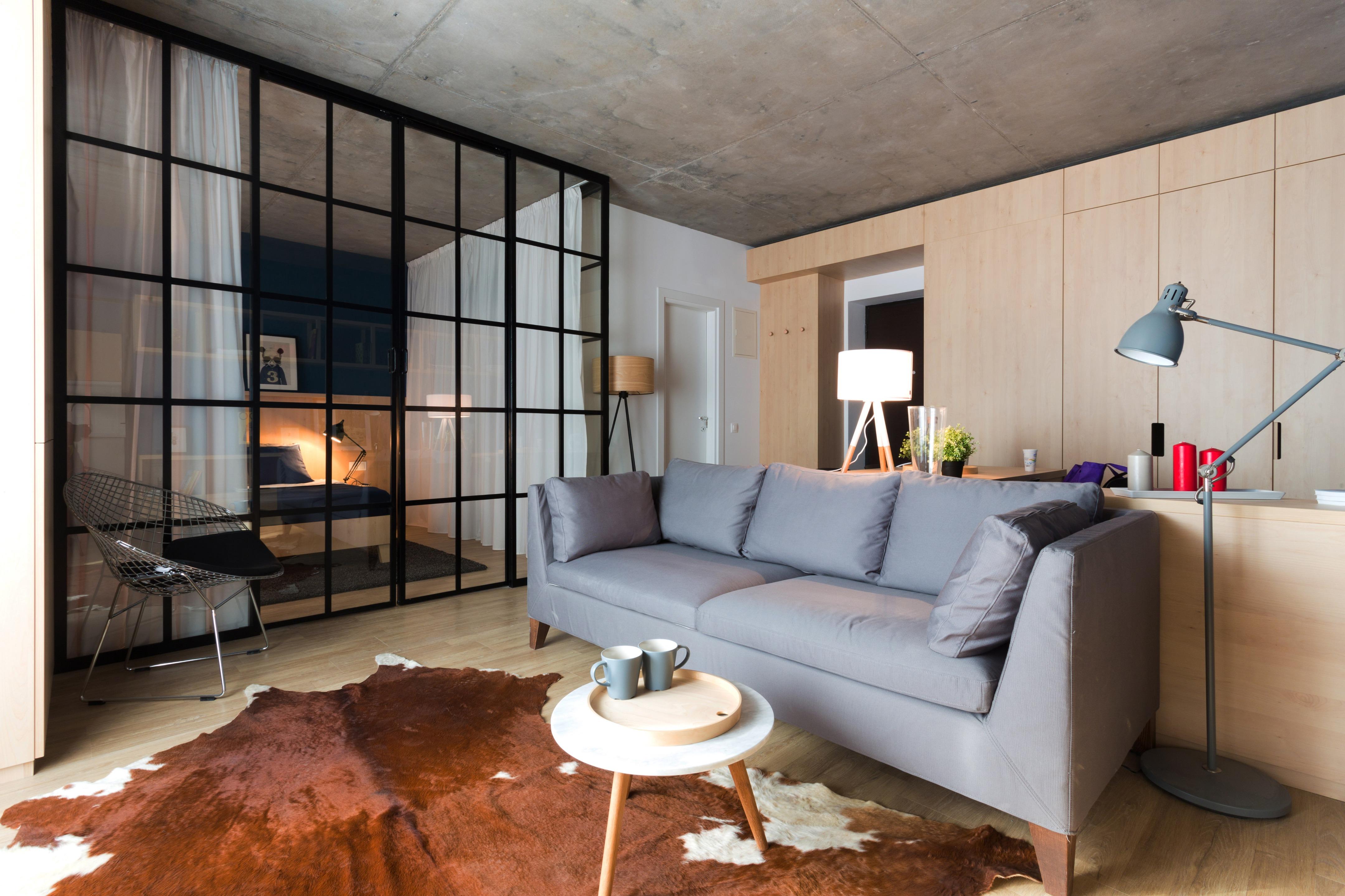 Dù diện tích không lớn nhưng cách bố trí đồ đạc khiến phòng khách trở nên rộng rãi hơn