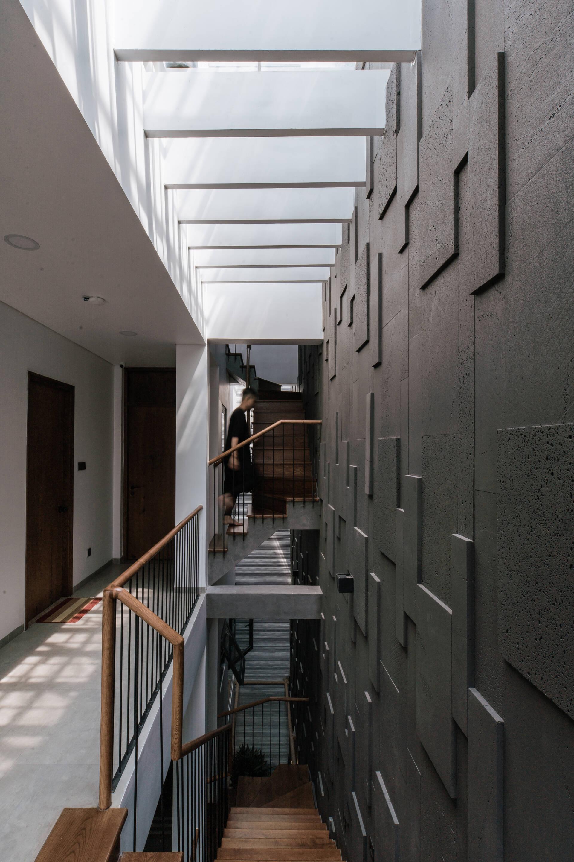 Cầu thang nhỏ, không chiếm nhiều diện tích với lan can bằng sắt thanh mảnh, tinh tế