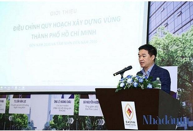 Tiến sỹ Nguyễn Anh Tuấn, Tổng biên tập Tạp chí Nhà đầu tư phát biểu khai mạc hội thảo. (Ảnh: Thế Toàn)