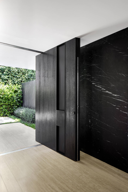 Cửa chính có cấu tạo khối đặc sang trọng, chắc chắn, được thiết kế và vận hành theo dạng cửa trục