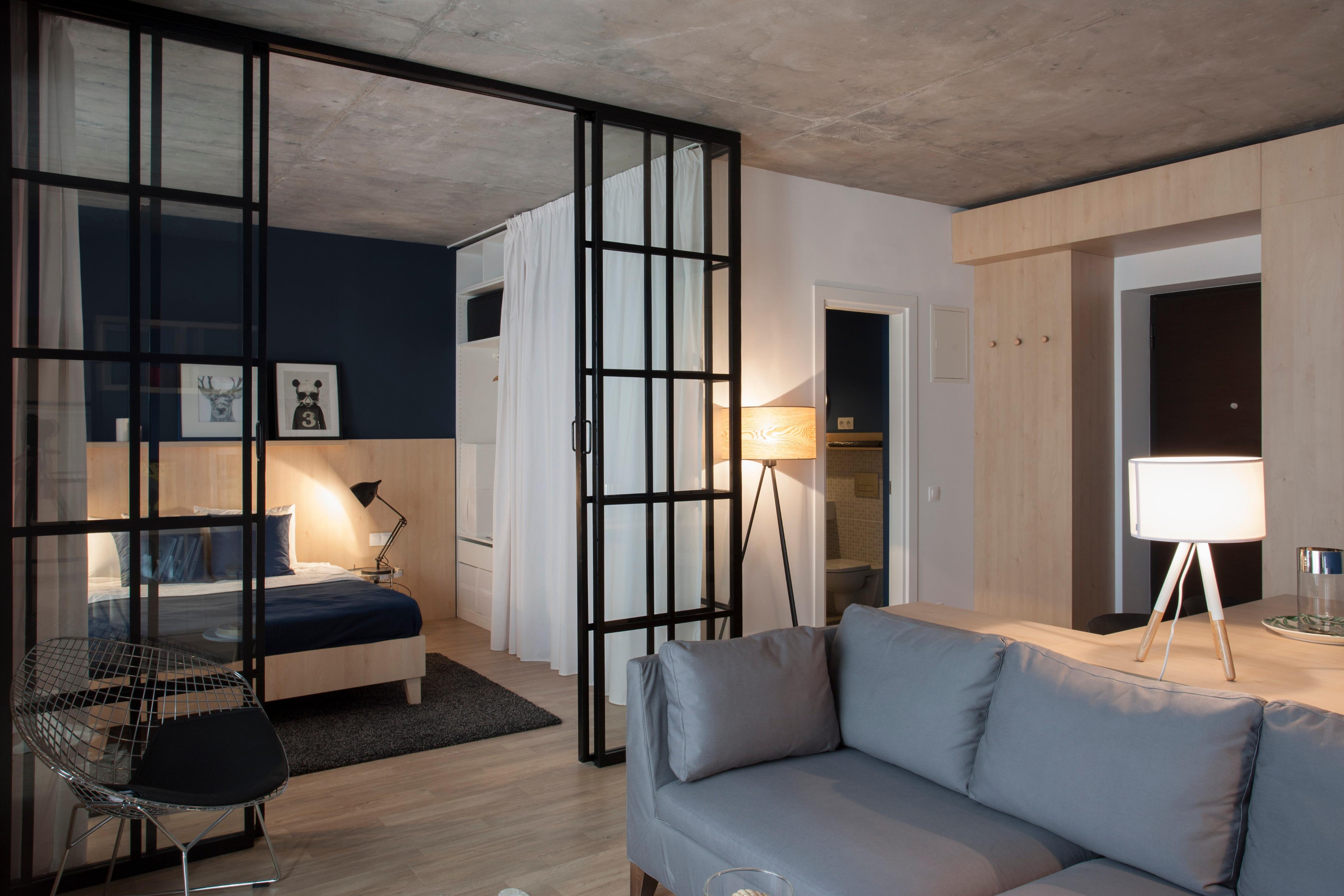 Trần nhà cũng là yếu tố quyết định đến phần không gian còn lại của ngôi nhà. Ở đây, hai kiến trúc sư đã sử dụng chất liệu bê tông cho trần nhà. Nhắc đến bê tông là nhắc đến một cái gì đó thô cứng, mang tính chất công nghiệp nhưng khi biết kết hợp, nó lại tạo cho ngôi nhà không gian hiện đại và tinh tế.
