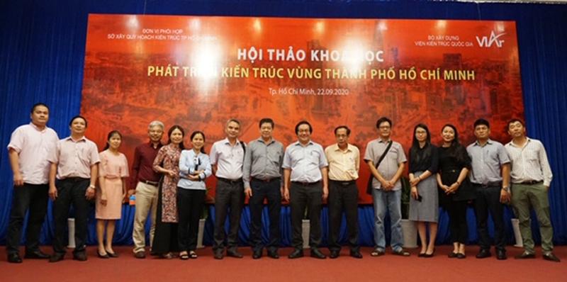 ThS.KTS Đỗ Thanh Tùng - Viện trưởng Viện Kiến trúc quốc gia (thứ 7 từ phải qua) chụp ảnh lưu niệm chúc mừng buổi hội thảo thành công tốt đẹp
