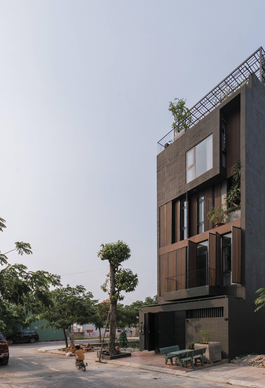 Mặt tiền của căn nhà được thiết kế với 2 lớp: lớp thứ nhất là lam gỗ, lớp thứ hai là cửa kính