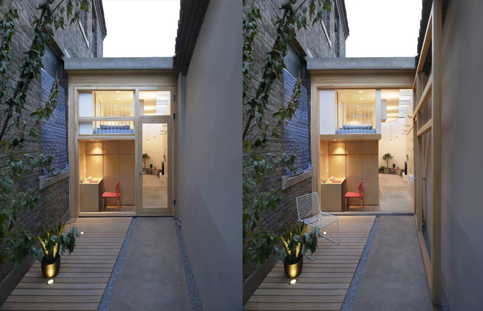 Cửa ở phía sau được làm bằng khung gỗ và kính trong suốt giúp gia chủ có được sự kết nối với khoảng sân sau nhà