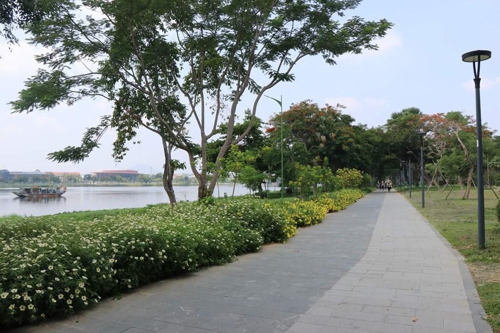 Tuyến đường đi bộ dọc sông Hương. Ảnh: Đỗ Trưởng/TTXVN