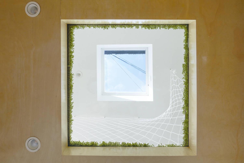 Giếng trời được thiết kế như một ô kính nhỏ thông tầng để mang thêm ánh sáng cho ngôi nhà
