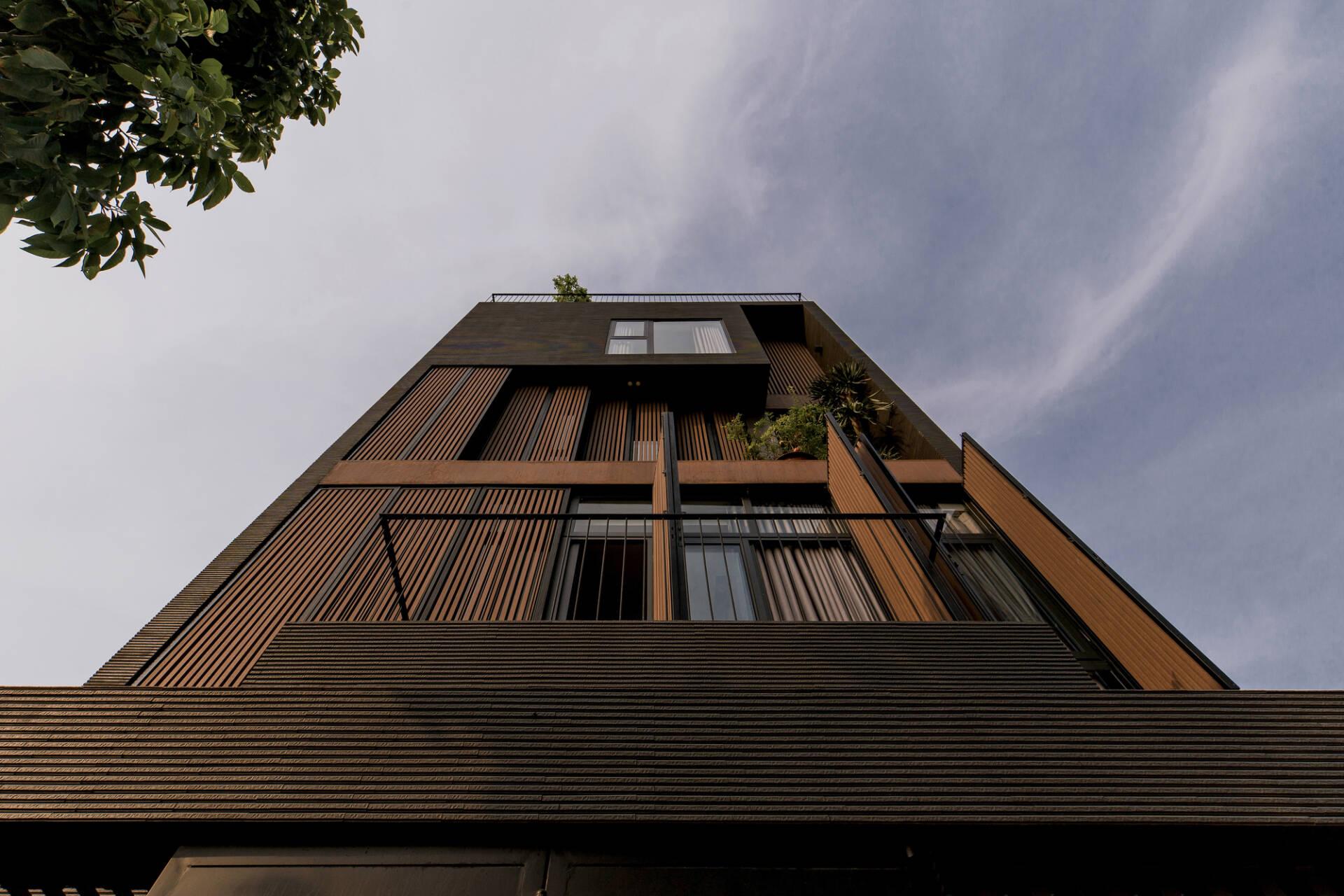 Hệ cửa kính có tác dụng ngăn tiếng ồn từ bên ngoài, trong khi lam gỗ giúp điều chỉnh ánh sáng tự nhiên