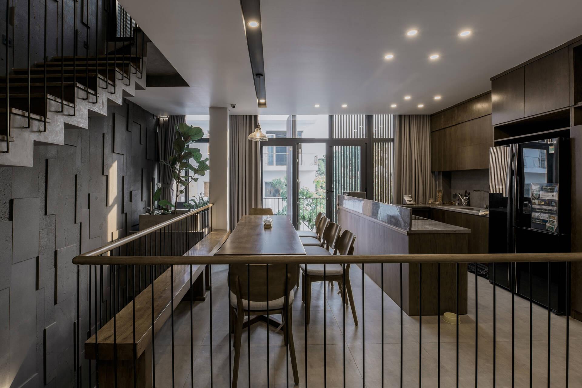 Đối diện phòng khách là phòng ăn + bếp. Đồ nội thất ở không gian này cũng chủ yếu là gỗ để hài hòa với tổng thể chung