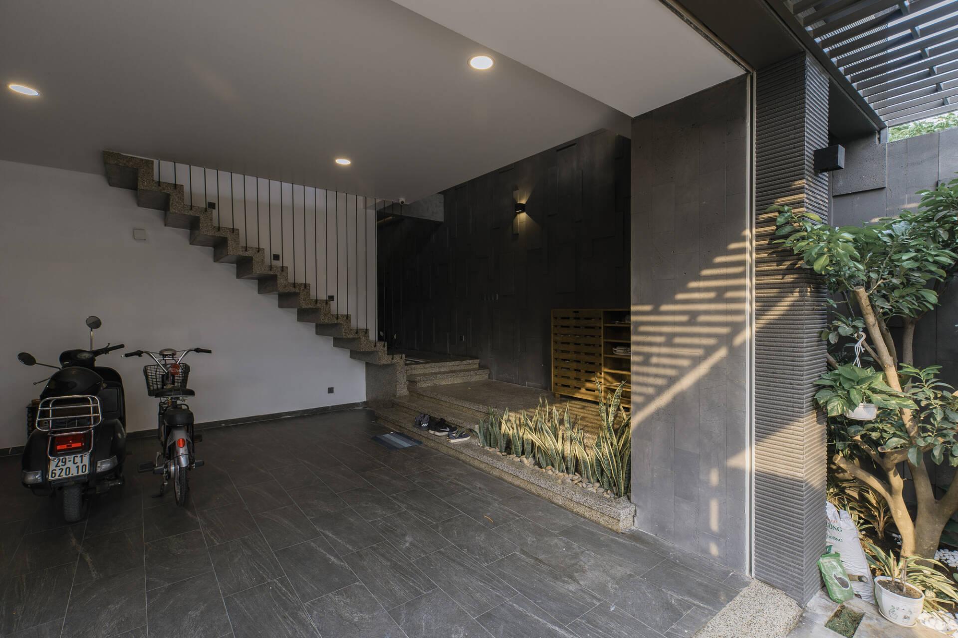 Tầng 1 dùng làm gara để xe và phòng ngủ nhỏ dành cho khách
