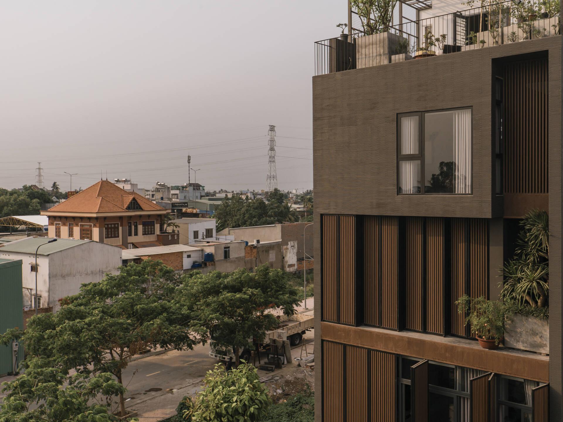 Mặt tiền kết hợp sử dụng cây xanh để giảm nhiệt và tăng vẻ thẩm mỹ cho căn nhà