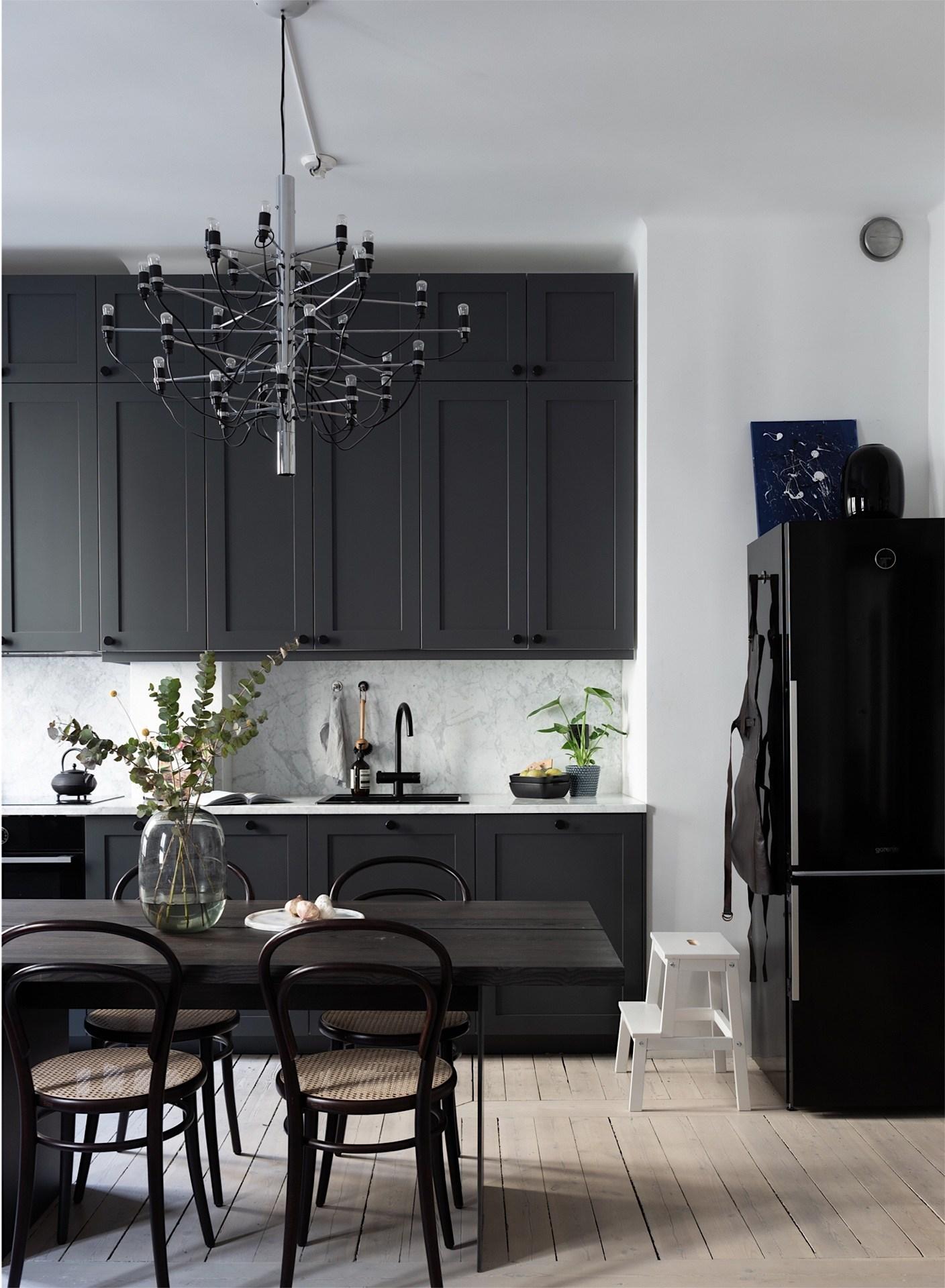 Khu vực bếp được lắp đặt hệ thống tủ trên và tủ dưới