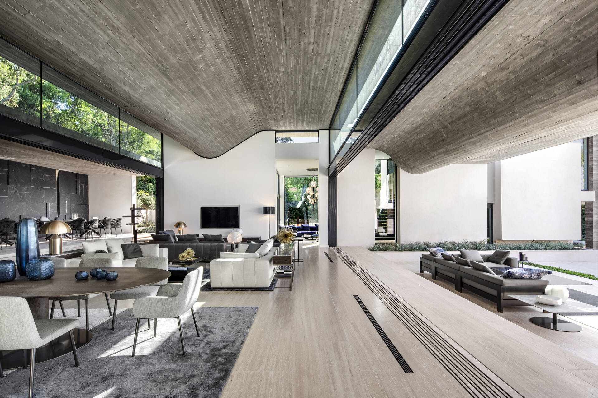 Bên cạnh những đường nét sắc cạnh, đường cong của trần nhà góp phần đem lại vẻ mềm mại, uyển chuyển cho không gian sinh hoạt chung