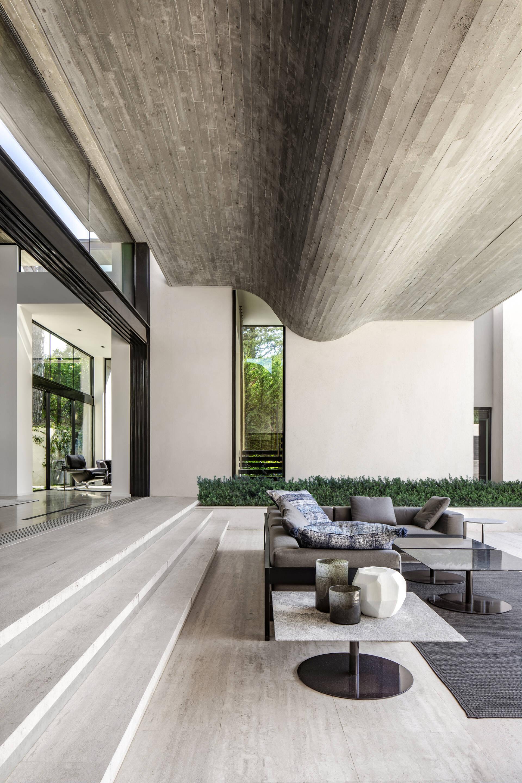 Hình dạng gấp khúc của trần nhà là sự phản ánh tương đồng với những bậc thang đối diện