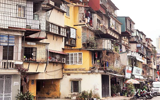 Không ít nhà chung cư, khu tập thể cũ bị lấn chiếm, xuống cấp, không đáp ứng nhu cầu sử dụng của người dân và làm xấu mỹ quan đô thị. Trong ảnh: Một góc khu tập thể Giảng Võ (quận Ba Ðình)