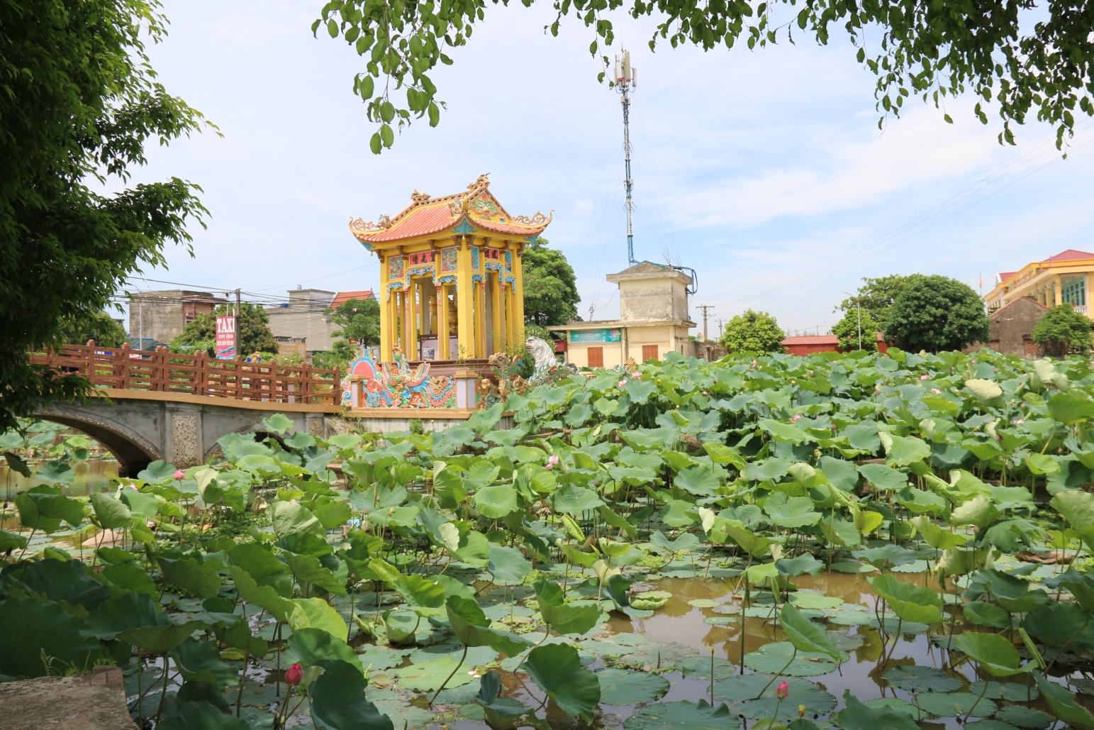 Trung tâm xã tạo dựng cảnh quan xanh mát bên cạnh đài tưởng niệm Nguyễn Công Trứ (người có công thành lập ra huyện Tiền Hải)
