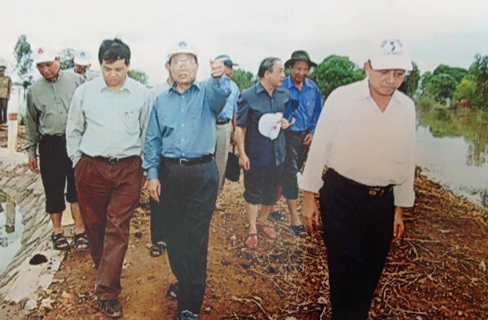 Tác giả (bên trái) đang tháp tùng Chủ tịch nước Trần Đức Lương, Bộ trưởng Lê Huy Ngọ, Chủ nhiệm Văn phòng Chủ tịch nước Nguyễn Cảnh Dinh và lãnh đạo địa phương đi khảo sát lũ năm 2000