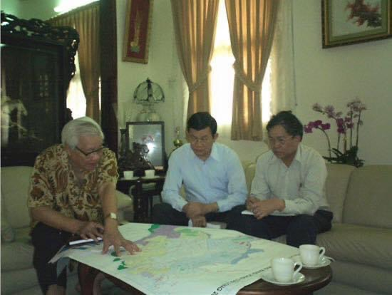 Ông Võ Văn Kiệt đang thảo luận với ông Trương Tấn Sang và tác giả Tô Văn Trường về chiến lược phát triển tài nguyên nước ở ĐBSCL