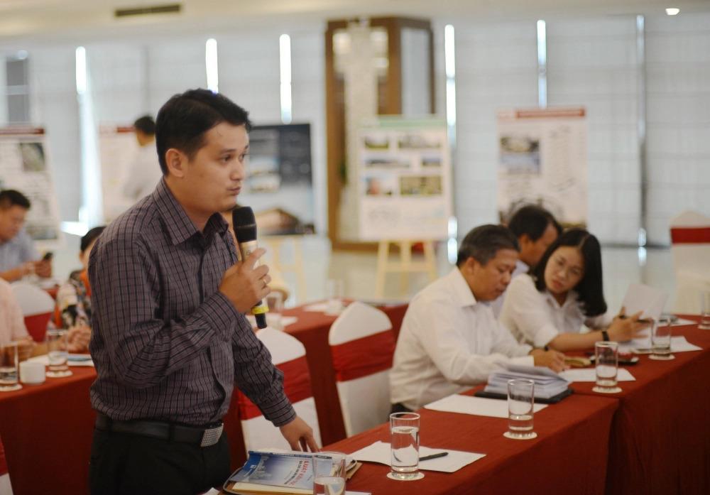Các đại biểu tham gia tập huấn đặt câu hỏi để hiểu rõ hơn về một số điều trong Luật Kiến trúc