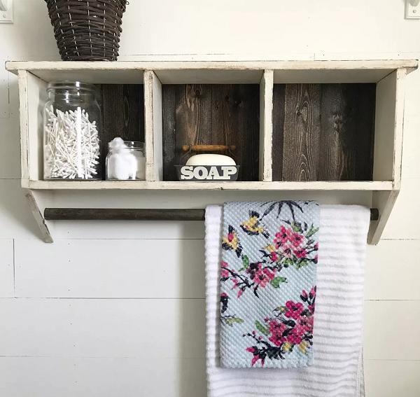 Chiếc kệ ô vuông này là lựa chọn hoàn hảo cho các không gian nhỏ. Nó tạo thêm không gian, giúp bạn lưu trữ mọi thứ. Ngoài ra, còn có một thanh gỗ bên dưới để đựng khăn mặt hoặc khăn tay.