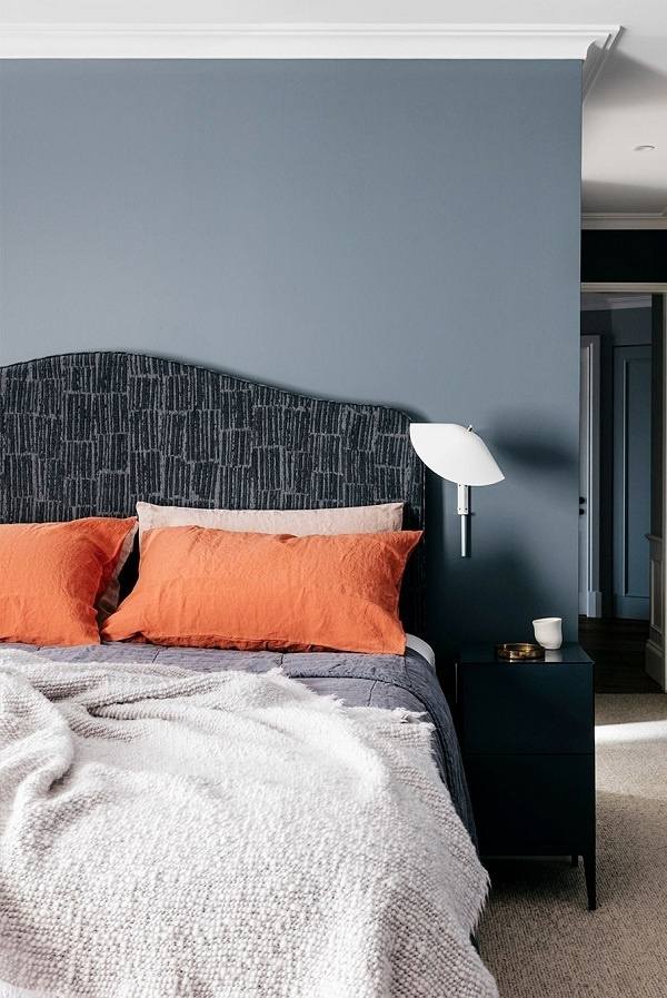 Màu cam cháy là một sự kết hợp hài hòa của ánh đỏ trầm ấm với sắc cam và nâu đất. Cam cháy thuộc gam màu trầm hơi tối. Chỉ cần lấy vỏ gối màu cam chay là đã mang không khí mùa Thu vào phòng ngủ rồi.