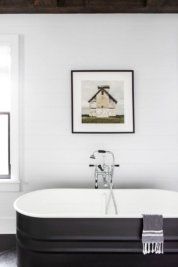Thời tiết mát mẻ hơn nên chọn nội thất ấm cúng hơn, vì vậy hãy kết hợp các tông màu có chiều sâu hơn. Bạn có thể chọn tông màu trắng và xám đậm cho phòng tắm. Thêm tác phẩm nghệ thuật để tạo điểm nhấn cho căn phòng.