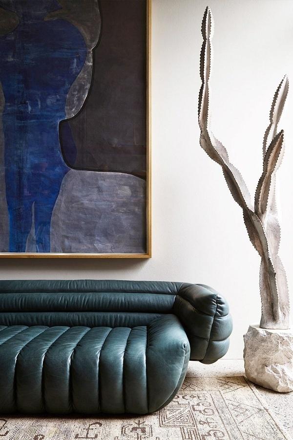 Ai nói rằng màu lạnh không thể phù hợp với mùa thu? Tác phẩm nghệ thuật màu xanh hoàng gia cùng chiếc ghế sofa màu xanh lam đậm mang đến không khí mùa thu cho phòng khách.