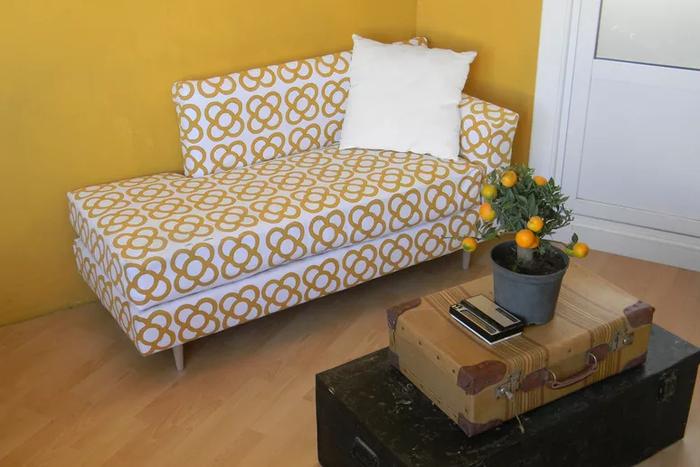 Đặt môt chiếc ghế dài cùng chậu cây nhỏ xinh cũng đủ tạo nên một góc nhỏ đáng yêu trong nhà