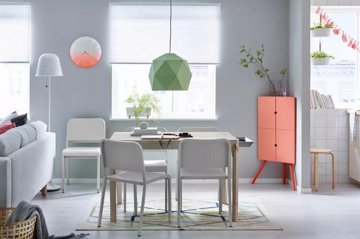 Chiếc tủ màu hồng dễ thương này để vừa khít các góc nhỏ hẹp trong nhà