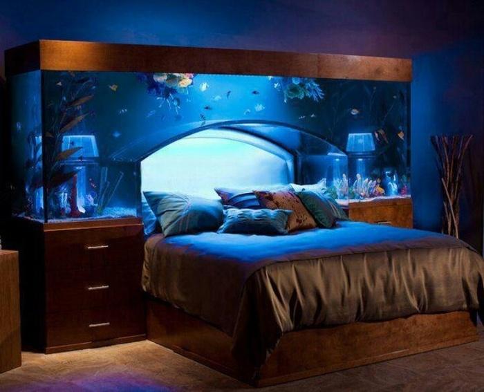 Như bạn đã biết, bể cá có tác dụng giúp con người thư giãn nên việc có một bể cá trong phòng ngủ như thế này cũng là ý tưởng không tồi.