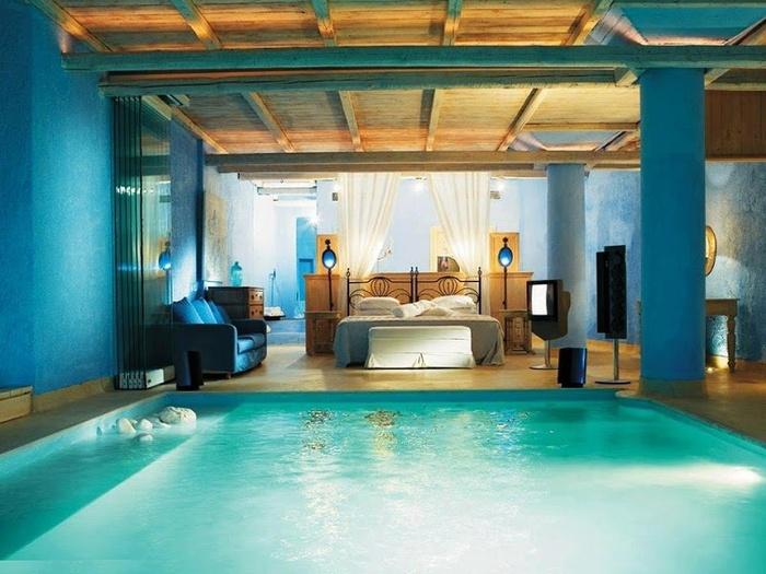 Có rất nhiều thứ bạn có thể sáng tạo cho phòng ngủ của mình trông thú vị hơn. Xây một hồ bơi trong đó chẳng hạn. Hãy tưởng tượng bạn thức dậy vào buổi sáng và... nhảy xuống hồ để khởi đầu một ngày mới!