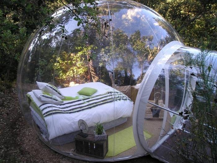 Để nói về phòng ngủ có vách kính thì đây cũng là một ý tưởng không tồi. Công trình này được thiết kế trong một bong bóng trong suốt được bao quanh bởi thiên nhiên, cây cỏ.