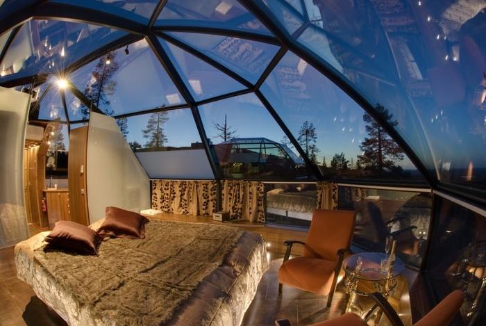 Đây là một căn phòng tại khách sạn Kakslauttanen ở Phần Lan. Nó có trần nhà hình mái vòm, với khung kim loại được bọc trong kính. Còn gì tuyệt vời hơn khi chúng ta vừa được thư giãn vừa chiêm ngưỡng các vì sao và bầu trời?