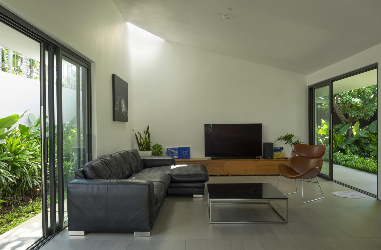 Phòng riêng nằm trong các khối hộp và được tách rời nhau, tạo ra các khoảng trống và đối lưu gió đến từng ngóc ngách của căn nhà