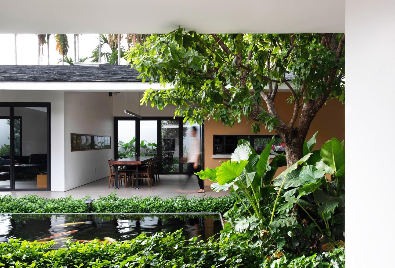 Đồng thời, cách bố trí tường lệch nhau tạo ra các không gian sân chung lớn nhỏ đa dạng dưới một mái dốc, không có vách ngăn với sân vườn, ánh sáng mặt trời, cây xanh
