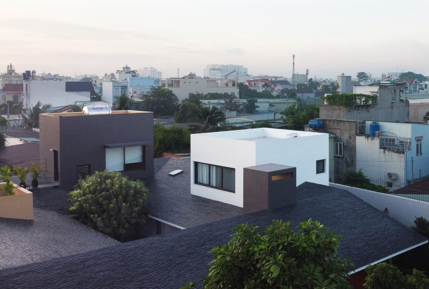 Đáng chú ý, để có đủ số lượng phòng, nhóm kiến trúc sư đã tạo ra các khối hộp hai tầng đâm xuyên qua mái dốc