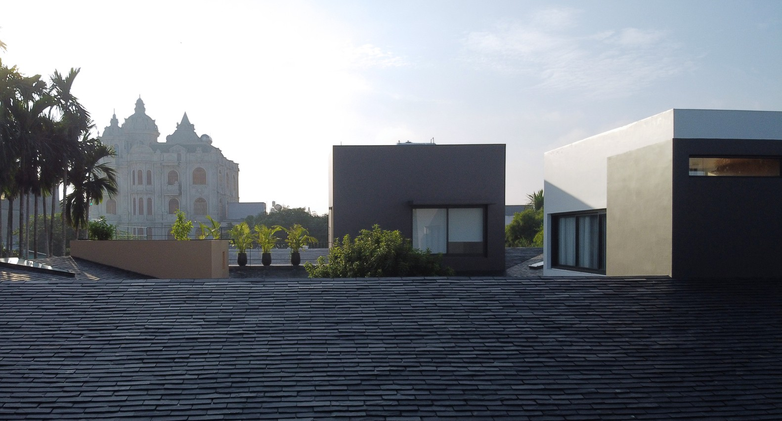 Cách thiết kế này vừa mới lạ vừa tạo cảm giác khối tích như nhà 1 tầng hài hòa với bối cảnh nhà thấp tầng xung quanh, đồng thời tạo ra khoảng không gian trên mái thú vị