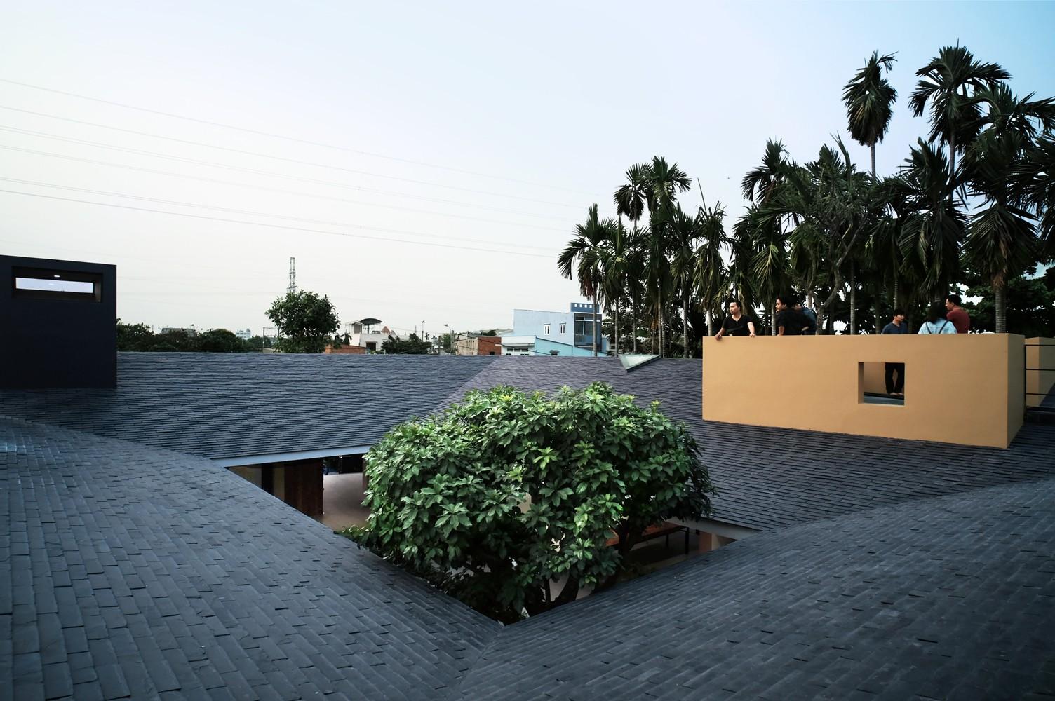 Tọa lạc ở ngoại ô TP HCM, Hoc Mon House là ngôi nhà của một gia đình 3 thế hệ