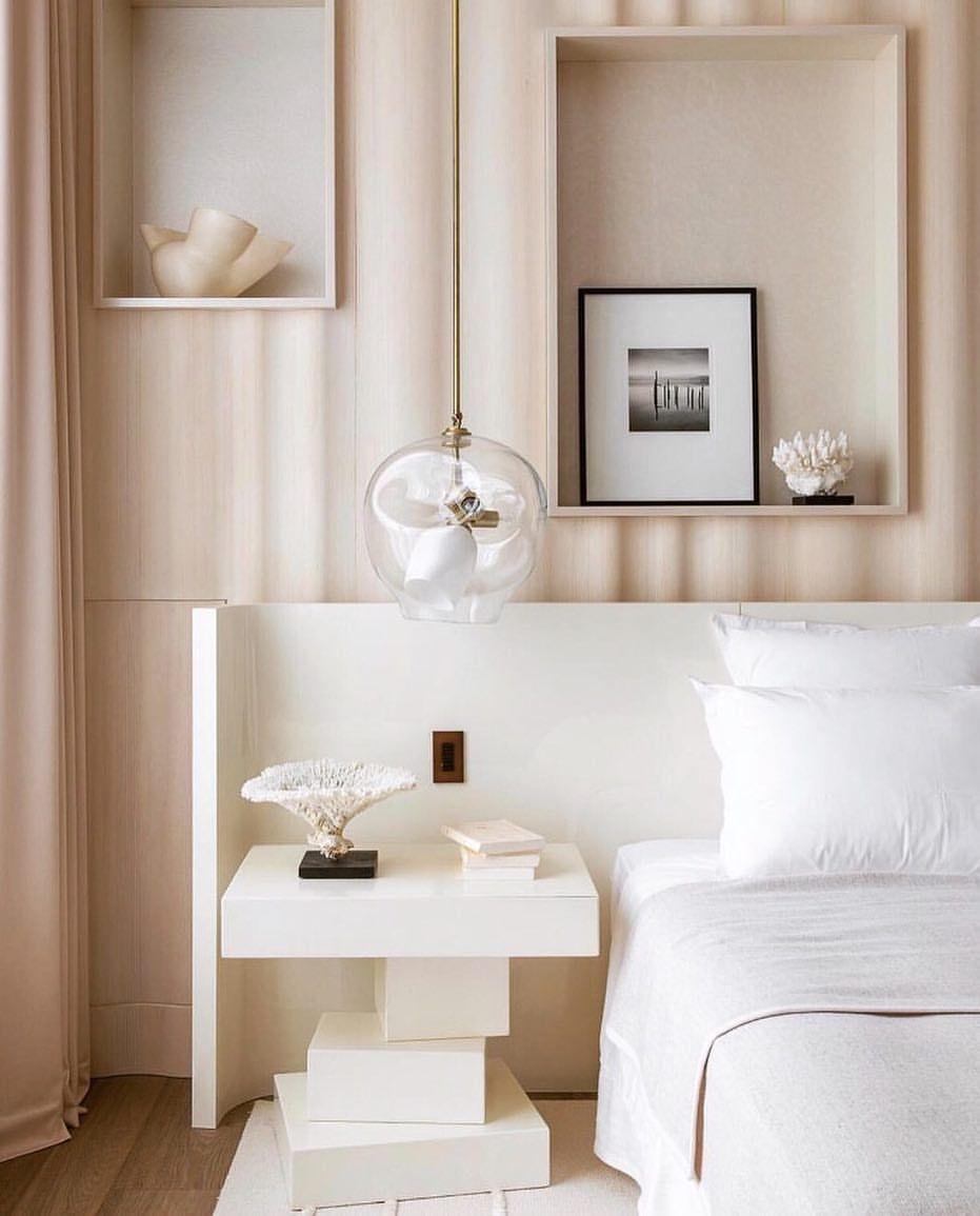 Với những phòng ngủ nhỏ, bạn nên tránh lựa chọn các gam màu tối để giúp phòng ngủ luôn có đủ ánh sáng cũng như giúp căn phòng trông rộng hơn